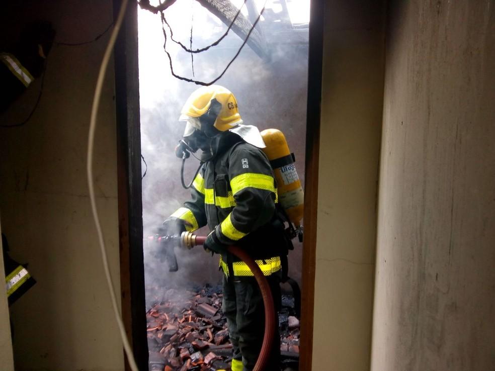 Corpo de Bombeiros combate incêndio em prédio em Poços de Caldas (Foto: Corpo de Bombeiros)