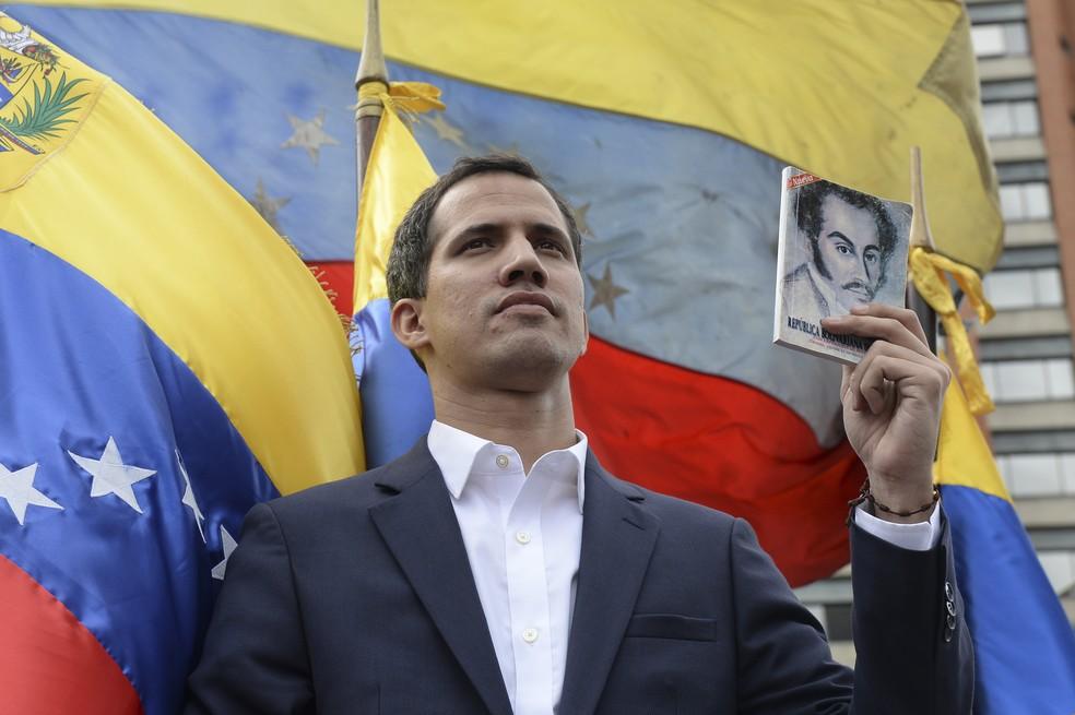 Juan Guaidó, presidente da Assembleia Nacional da Venezuela, não reconhecida por Nicolás Maduro, se declara presidente interino do país — Foto: Federico Parra/ AFP