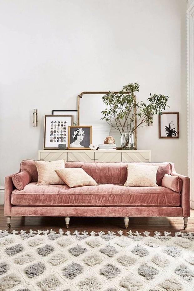 Décor do dia: sofá de veludo rosa na sala (Foto: Divulgação)