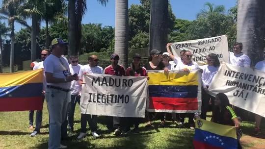 Opositores pedem renúncia de Maduro em protesto em frente à embaixada da Venezuela