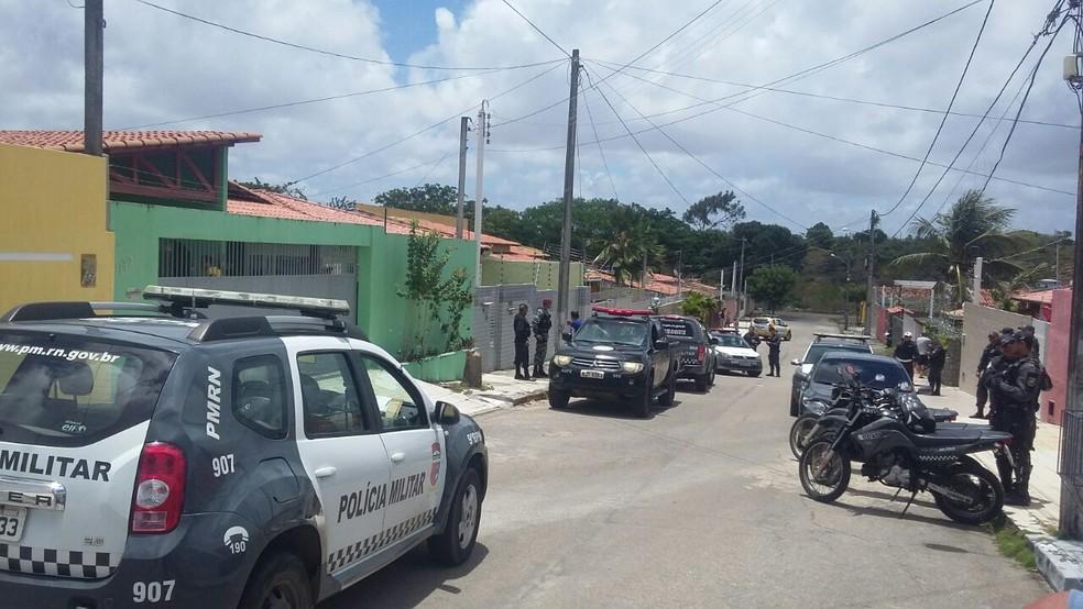 Polícia Militar foi acionada por vizinhos de moradores que sofriam arrastão no conjunto Cidade Satélite, em Natal (Foto: Sérgio Henrique Santos/ Inter TV Cabugi)