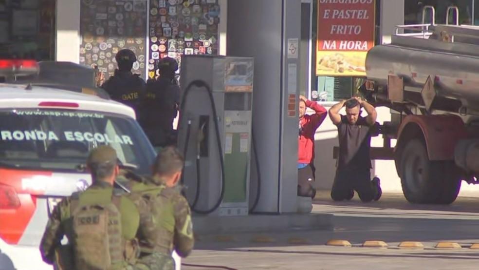 Grupo se entregou à polícia em Piedade — Foto: Reprodução/TV TEM