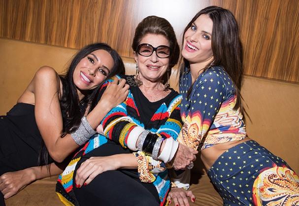 Lea T, Costanza Pascolato e Isabeli Fontana nos bastidores da campanha  (Foto: Divulgação)