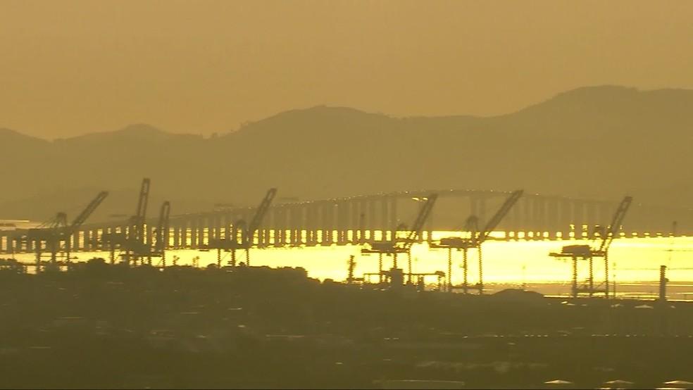 Sol ilumina a Baía de Guanabara na manhã de sexta no Rio — Foto: Reprodução/ Tv Globo