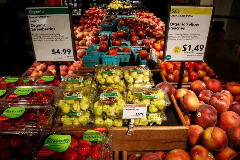 Frutas são vendidas em Nova York, no EUA, na segunda-feira (28)  (Foto: Brendan McDermid/ Reuters)