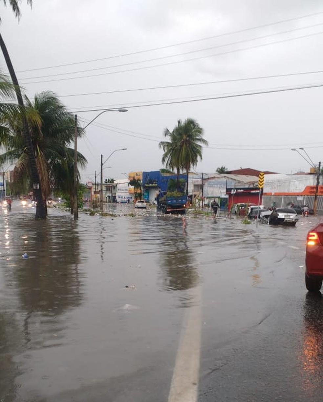 Chuva em Fortaleza no Bairro  Jóquei Clube. Congestionamentos e trânsito lento. — Foto: Reprodução/TV Verdes Mares