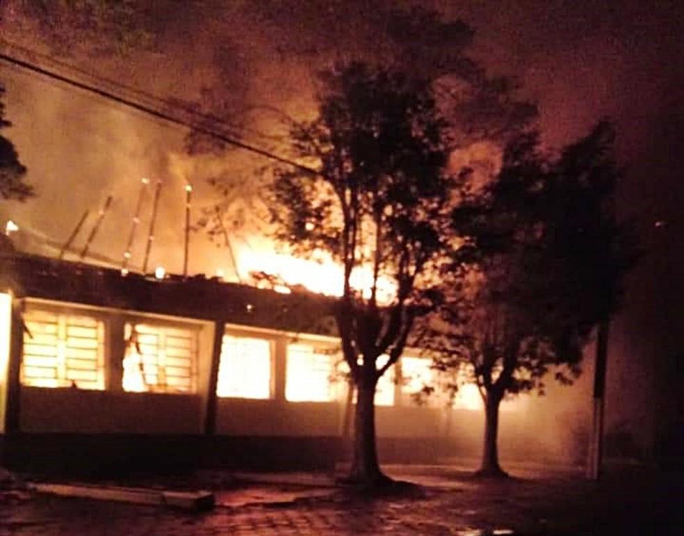 Fogo destruiu prédio da Prefeitura de Virgínia (MG) — Foto: Ricardo Pelegrini