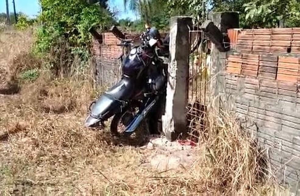 Moto fica presa em muro após colidir com caminhonete no quilômetro 45, da BR-116, em Pacajus, na Grande Fortaleza. — Foto: Reprodução