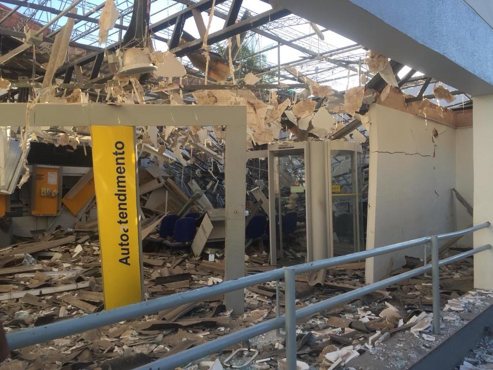 Banco do Brasil ficou destruído durante o ataque.  — Foto: Isaac Macêdo