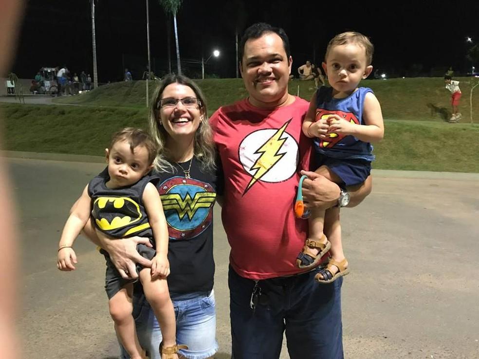 Os gêmeos Lucas e Henrique com os pais, Vivian Lessa e Kleber Dias (Foto: Arquivo Pessoal)