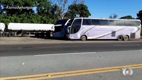 PRF apreende ônibus clandestinos que faziam desvio para fugir da fiscalização em Porangatu