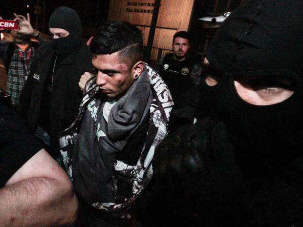 Suspeito de envolvimento no sequestro de Aparecida Schunck chega para depor na sede do DHPP (Foto: Florio E./Sigmapress/Estadão Conteúdo)