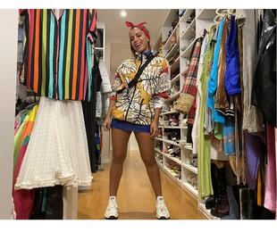 Em foto exclusiva, Anitta mostra seus figurinos de shows e no 'Fora da casinha', do Multishow, faz gravações até no closet | Divulgação/Multishow