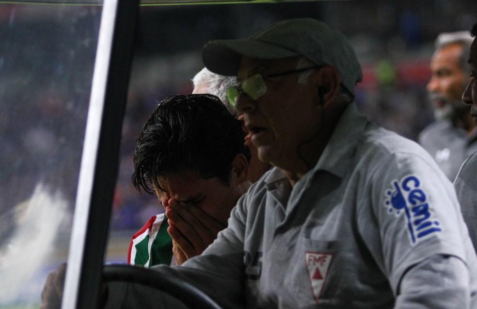 Pedro deixa gramado do Mineirão de maca após se machucar em jogo contra o Cruzeiro — Foto: FERNANDO MICHEL/AGÊNCIA O DIA/ESTADÃO CONTEÚDO