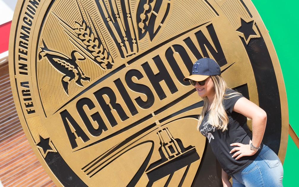 Visitante posa para foto na Agrishow 2018 em Ribeirão Preto (Foto: Érico Andrade/G1)