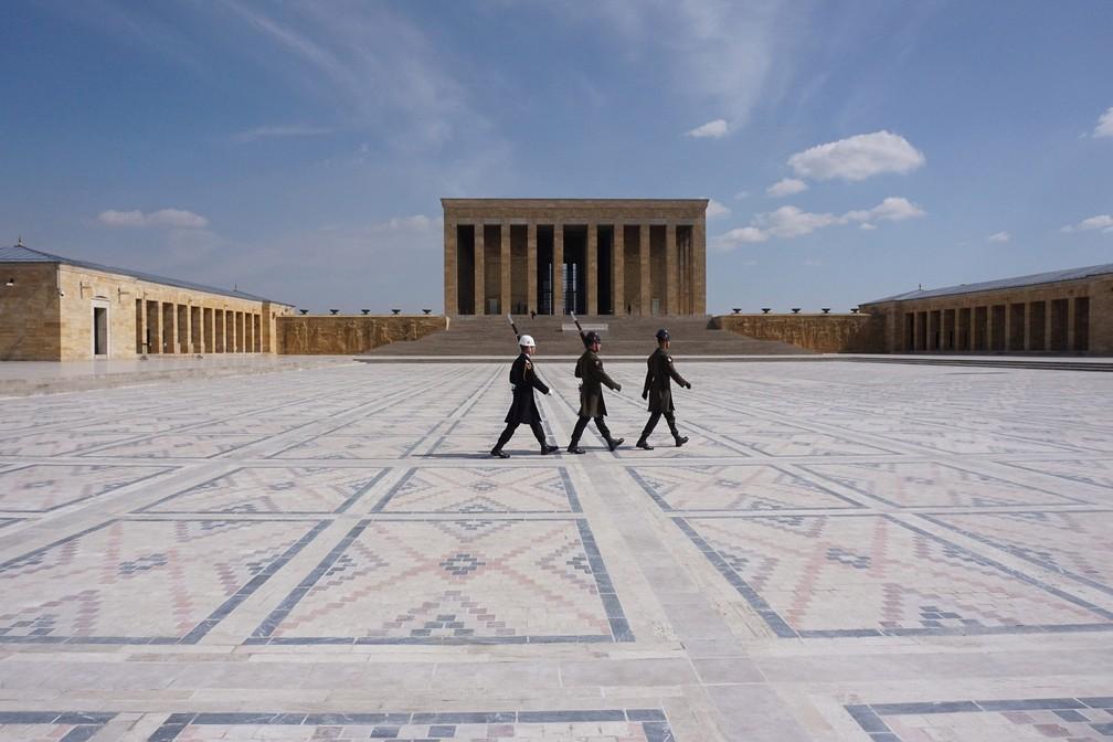 ANCARA (Turquia) - Soldados caminham no mausoléu vazio do fundador da República Turca Mustafa Kemal Ataturk em Ancara, nesta segunda-feira (23), como parte das medidas tomadas para impedir a propagação da doença de Covid-19 causada pelo novo coronavírus — Foto: Adem Altan/AFP