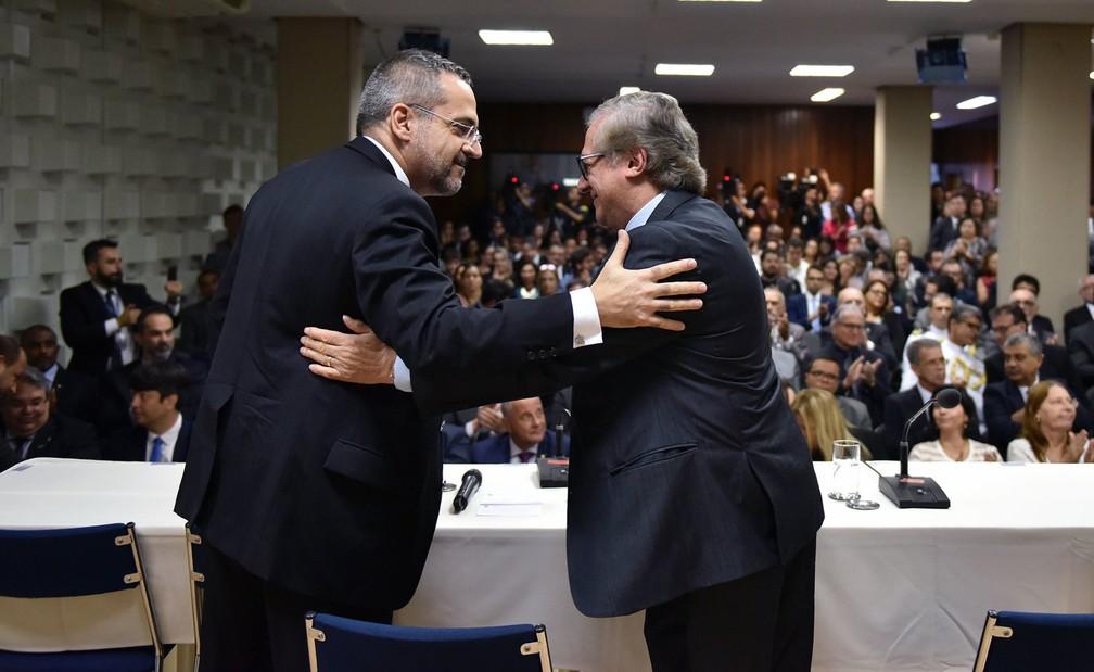Abraham Weintraub e Ricardo Vélez Rodríguez durante a cerimônia de transmissão de cargo no Ministério da Educação — Foto: Andre Sousa/MEC