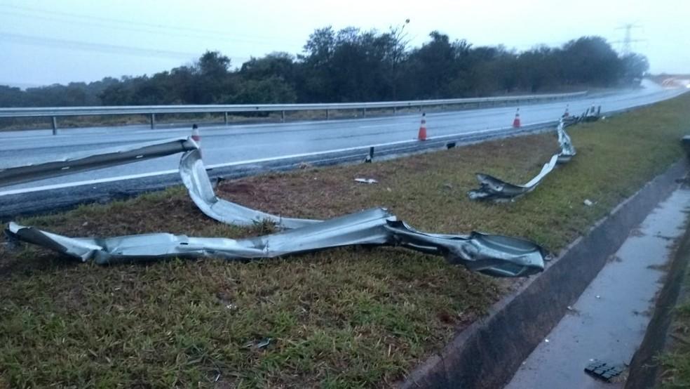 Guard-rail ficou destruído após o acidente (Foto: Cesar Evaristo/TV TEM)