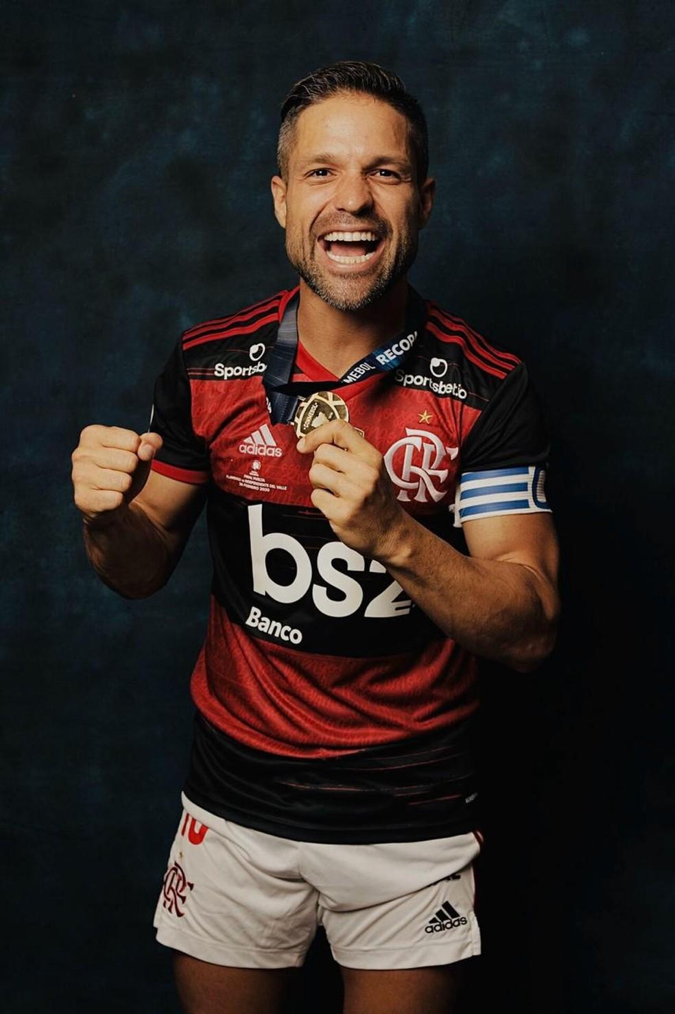 Diego com a medalha da Recopa — Foto: Divulgação Conmebol