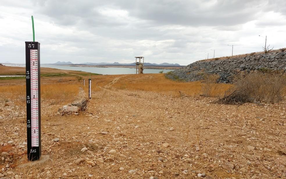 Com 15% da capacidade, Barragem Armando Ribeiro Gonçalves tem o nível mais baixo de água desde sua construção, em 1983 (Foto: Anderson Barbosa e Fred Carvalho/G1)