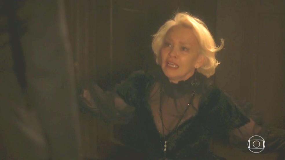 Greta (Julia Lemmertz) implora pelo silêncio de Schultz (Ruben Gabirra), em 'Novo Mundo' — Foto: TV Globo