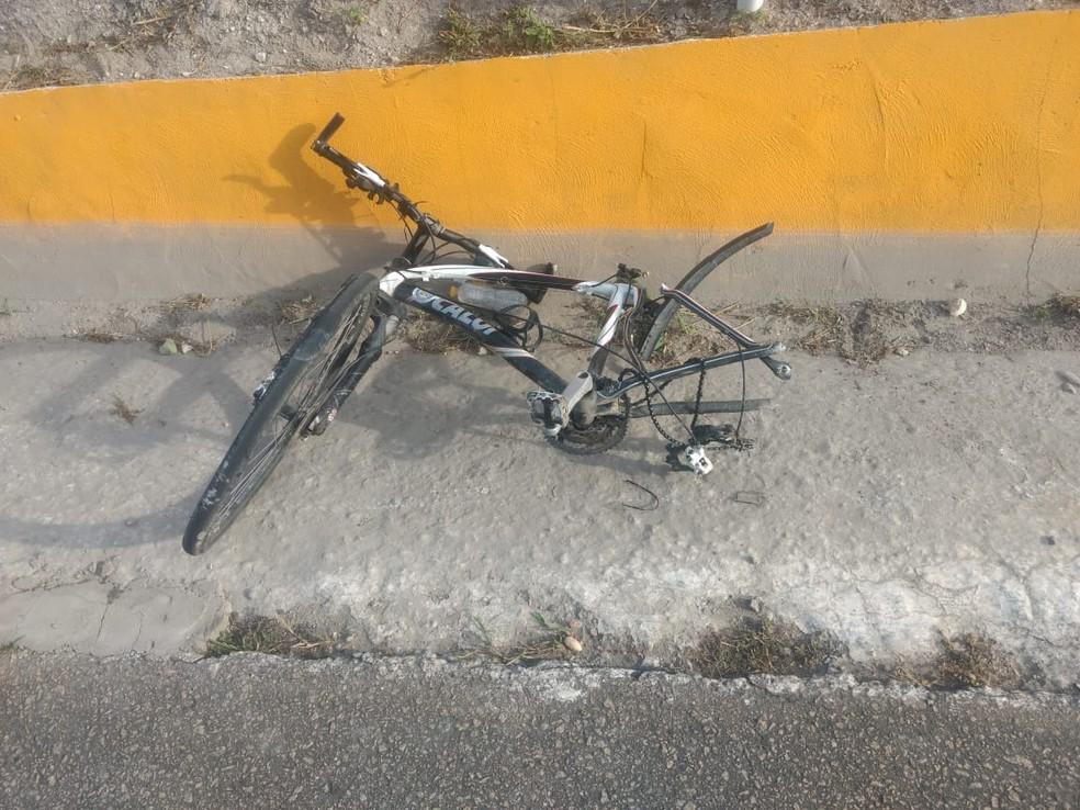 Bicicleta ficou destruída após acidente na BR-232, em Bezerros — Foto: PRF/Divulgação