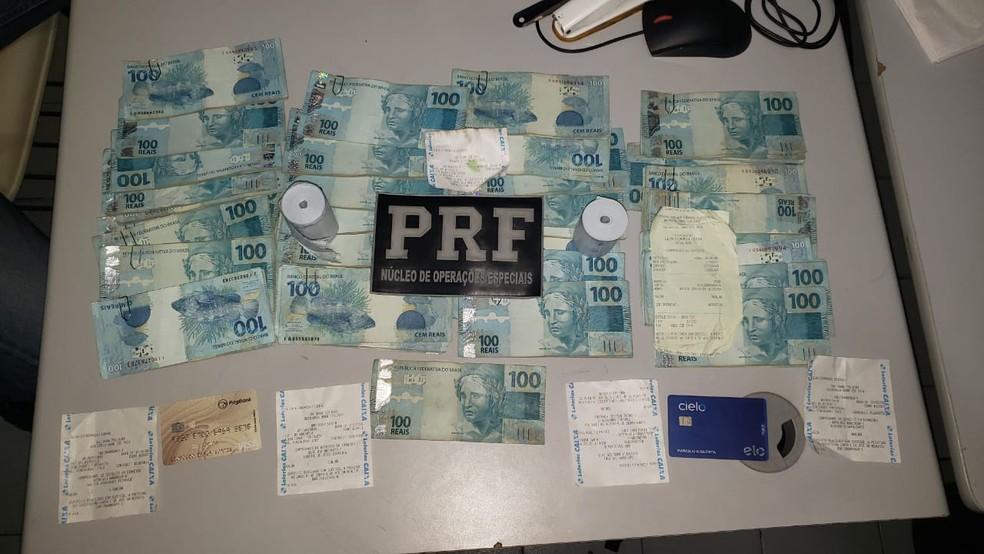 R$ 35.100,00 foram apreendidos no interior de um veículo na BR 020, em Maracanaú, na Grande Fortaleza; os dois ocupantes do veículo foram presos. — Foto: Reprodução / PRF