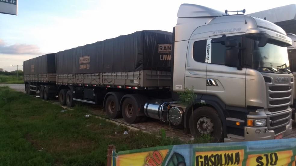 Milho estava sendo transportado em duas carretas bitrem, que seguiam no RN pela região de Pau dos Ferros, no Alto Oeste — Foto: Ascom/SET