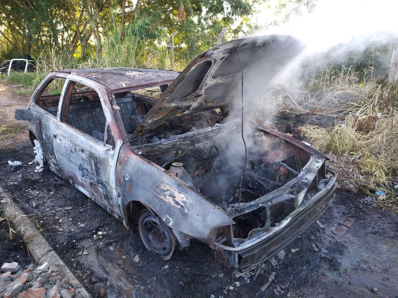 Carro furtado durante a madrugada é localizado queimado em Presidente Prudente