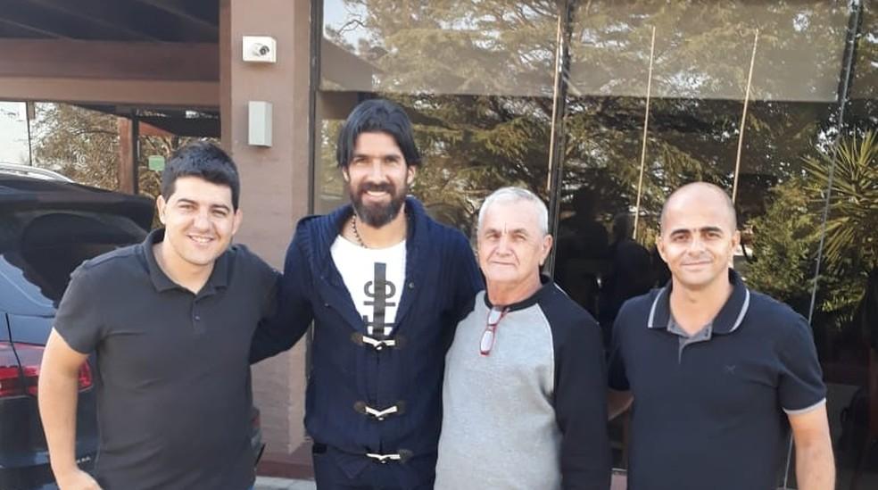 Fábio Mineiro (esq.) em encontro com Loco Abreu no Uruguai — Foto: Fábio Mineiro/Arquivo Pessoal