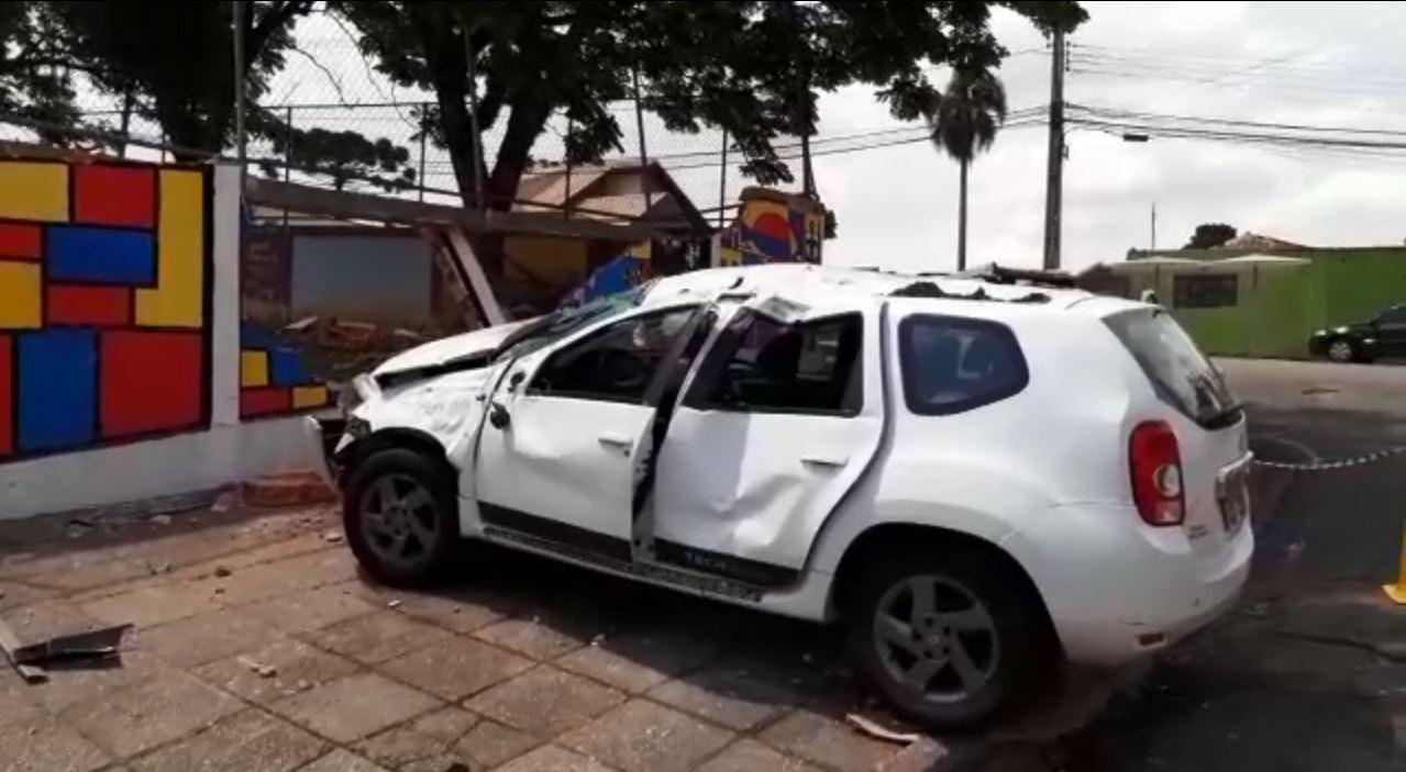 Carro invade e destrói parte de muro de escola em Curitiba; motorista e passageiro fugiram - Notícias - Plantão Diário