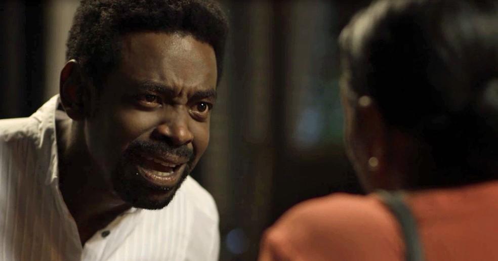 Roberval discute com a mãe ao descobrir verdade (Foto: TV Globo)