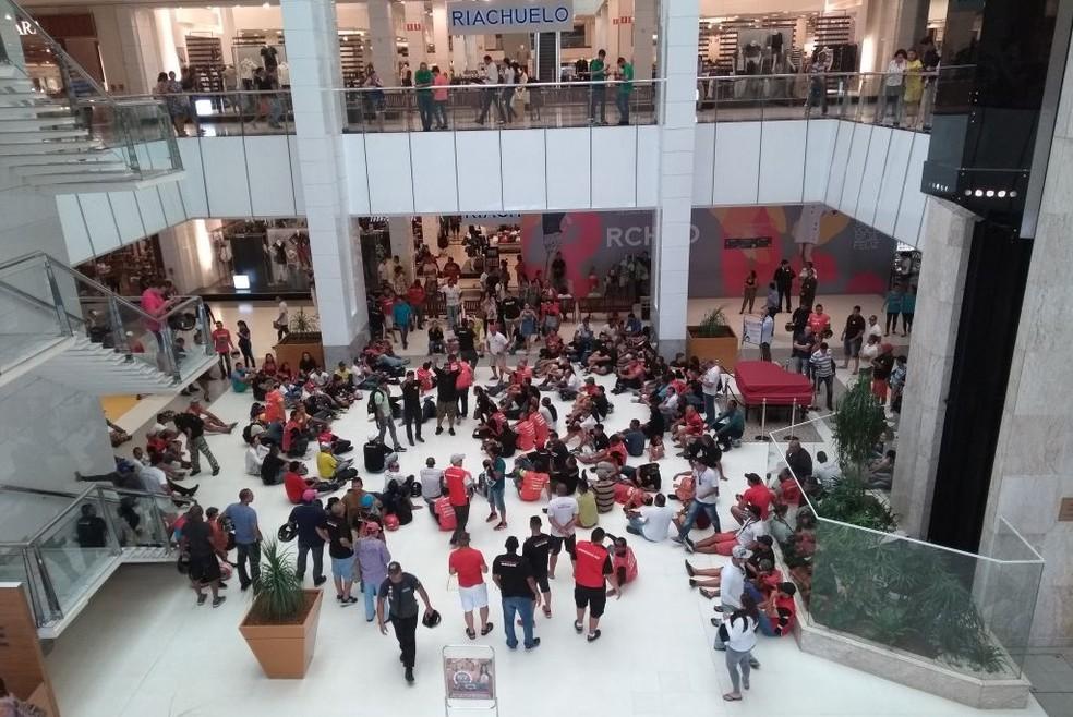 Vigilantes ocuparam o hall de entrada do shopping Midway Mall nesta quarta-feira (28) (Foto: Lucas Cortez/G1)