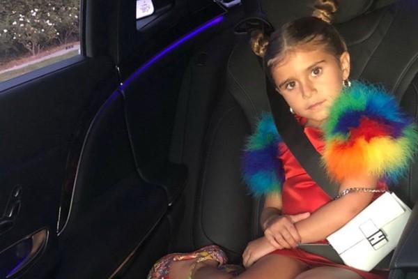 A jovem Penelope Kardashian Disick com a bolsa avaliada em US$ 2 mil, cerca de 7,5 mil reais (Foto: Instagram)