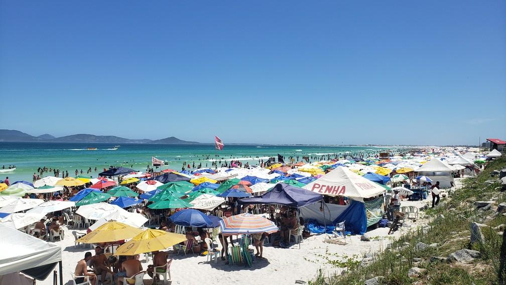 Decreto proíbe colocação e permanência de tendas, barracas, ombrelones, mesas e cadeiras em toda a extensão das praias depois das 18h do dia 31 de dezembro — Foto: Isadora Aires/G1