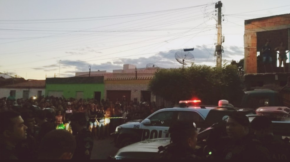Multidão seguiu suspeito de estupro de adolescente até a delegacia de Brejo Santo, no Ceará. (Foto: Polícia Civil)