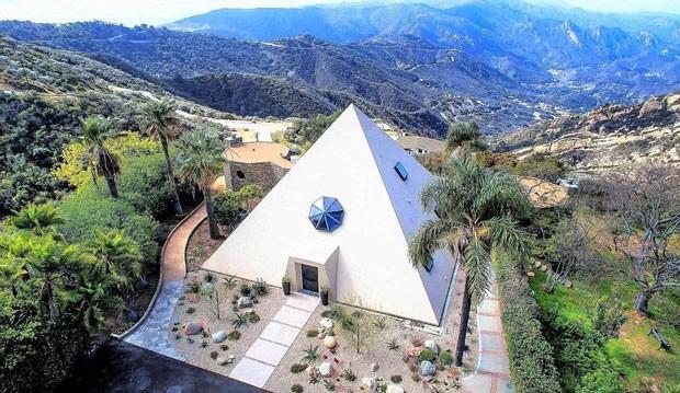 Casa em formato de pirâmide, localizada em Malibu, na Califórnia (Foto: Coldwell Banker/ TNI Press)