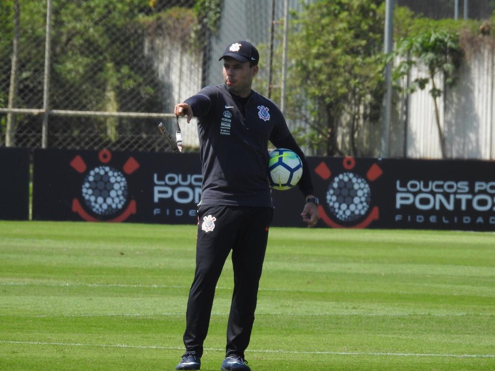 Jair Ventura, técnico do Corinthians, no treinamento desta sexta-feira — Foto: Bruno Cassucci