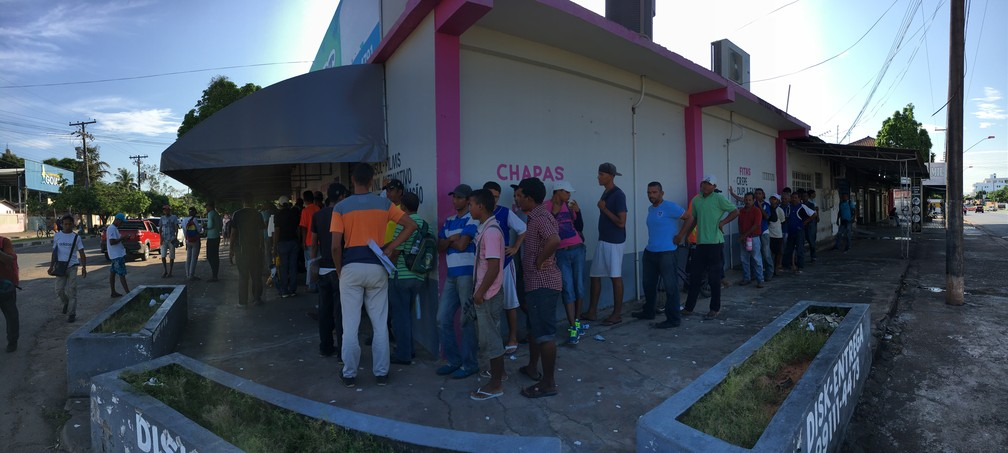 Refugiados esperam distribuição de caf[e da manhã no Centro de Boa Vista — Foto: Emily Costa/G1 RR