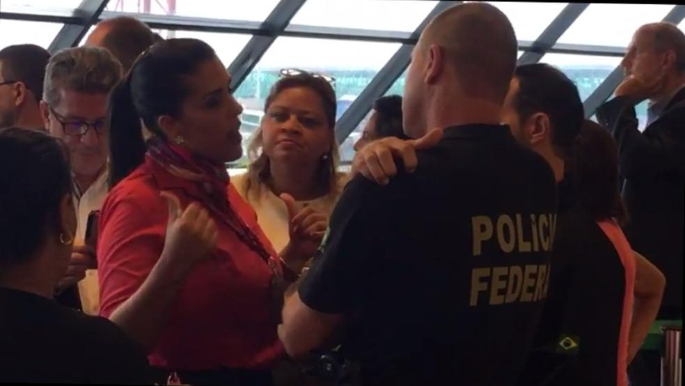 Funcionária da Avianca conversa com agente da Polícia Federal (Foto: Reprodução)