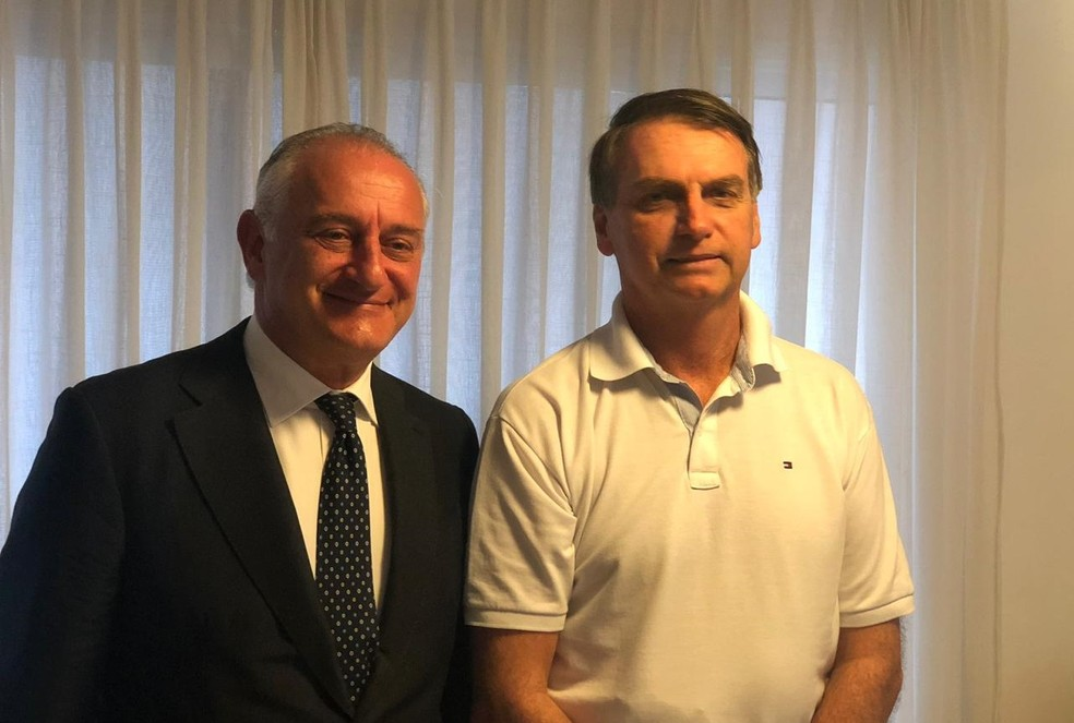 O presidente eleito Jair Bolsonaro recebeu visita do embaixador da Itália no Brasil, Antonio Bernardini — Foto: Reprodução