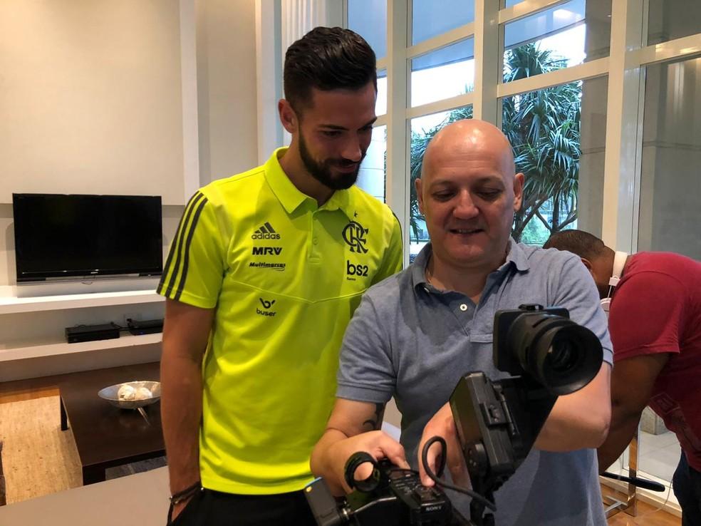 Pablo Marí olhando as imagens feitas pelo repórter cinematográfico Carlos Carvalho — Foto: Ivan Raupp