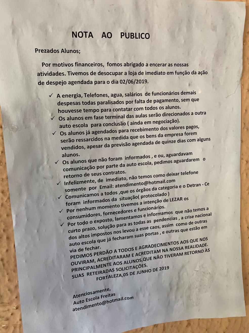Empresa deixou um aviso na porta da autoescola — Foto: Reprodução