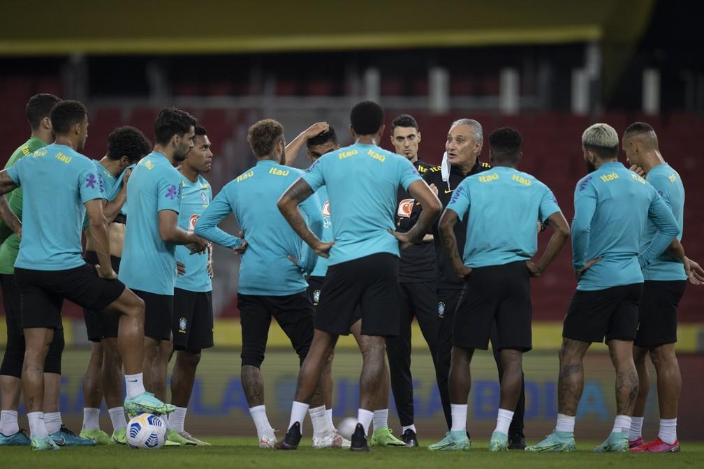 Tite conversa com jogadores da seleção brasileira, em treino no Beira-Rio nesta quinta-feira, antes do jogo contra o Equador — Foto: Lucas Figueiredo/CBF
