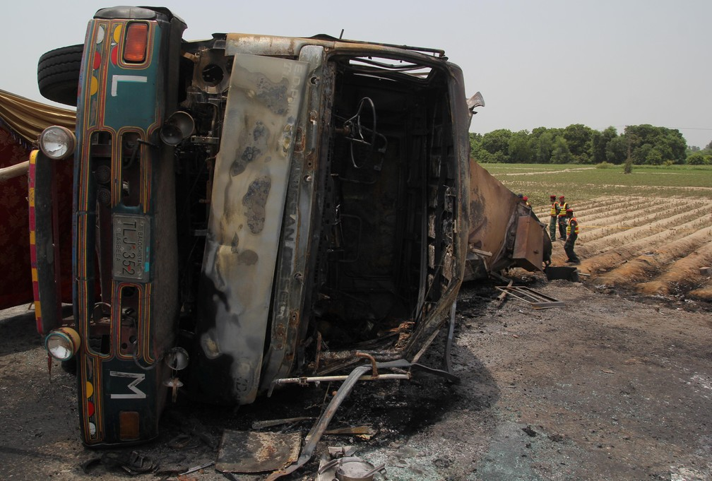 Caminhão-tanque pega fogo e deixa mais de 140 mortos no Paquistão. (Foto: SS MIRZA / AFP)