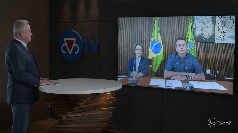 Presidente da ABCZ, Rivaldo Júnior, com a ministra Tereza Cristina e o presidente do Brasil Jair Bolsonaro durante evento online neste sábado (1º) — Foto: Reprodução/ABCZ TV