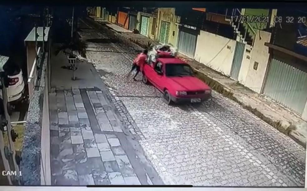 Criminosos fogem em carro vermelho após latrocínio na Grande Natal — Foto: Reprodução