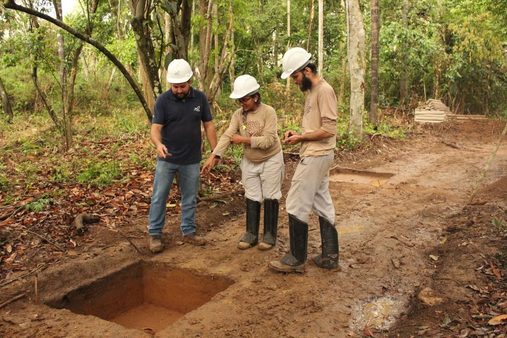 Arqueólogos trabalham para a demarcação de sítio arqueológico dentro do Cemitério da Candelária. (Foto: Pedro Bentes/G1)