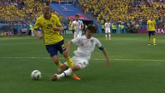 Foi pênalti? Jogador sueco recebe carrinho na área e cai mas juiz só marca escanteio