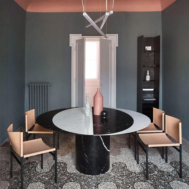 Décor do dia: sala de jantar com mesa de mármore e teto rosa (Foto: Divulgação)